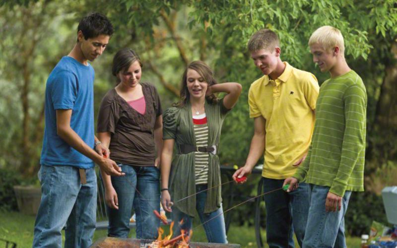 Un grupo de jóvenes SUD charlando a una fogata.